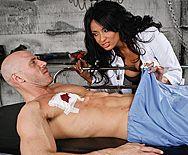 Порно раненого пациента с восхитительной брюнеткой медсестрой - 1
