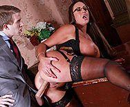 Порно политика со шлюхой в эротическом белье с огромными сиськами - 3