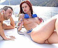 Порно рыжей сучки с двумя парнями на яхте - 2