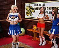 Страстный секс втроем сексуальные школьниц с физруком - 1