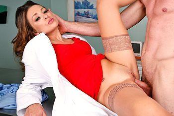 Порно пациента со страстной медсестрой