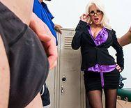 Смотреть горячий секс с блондинкой в чулках в раздевалке - 1