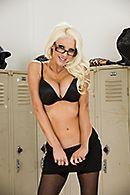 Смотреть горячий секс с блондинкой в чулках в раздевалке #2