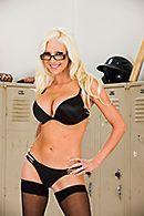 Смотреть горячий секс с блондинкой в чулках в раздевалке #3