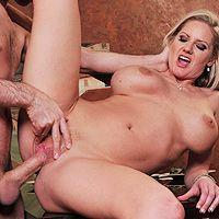 Жаркое порно с ненасытной зрелой блондинкой