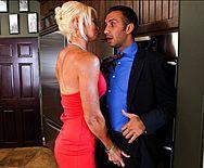 Смотреть секс на кухне с блондинкой с упругими сиськами - 1
