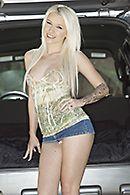 Смотреть секс нежной молодой блондинки с татуировками в машине #1