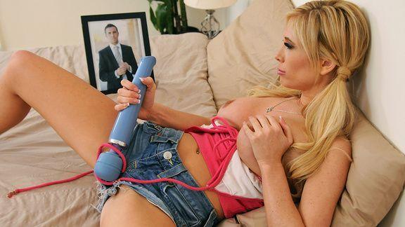 Смотреть домашний секс с потрясной блондинкой и вибратором