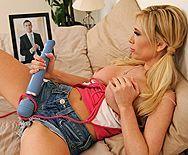 Смотреть домашний секс с потрясной блондинкой и вибратором - 1