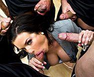 Смотреть групповое порно с проституткой в раздевалке - 2