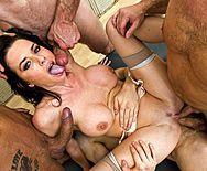 Смотреть групповое порно с проституткой в раздевалке - 5