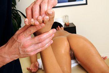 Нежный секс с брюнеткой после эротического массажа