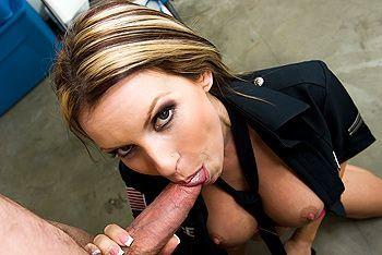 Горячее порно со стройной женщиной в униформе