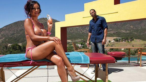 Секс загорелой брюнетки с массажистом у бассейна