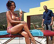 Секс загорелой брюнетки с массажистом у бассейна - 1