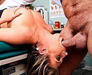 Смотреть красивое порно блондинки в чулках с врачем на столе - 2