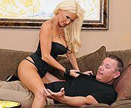 Трах в пизду взрослой блондинки с огромными сиськами - 1