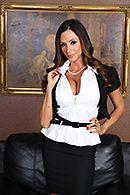 Порно с пышногрудой милашкой на столе #1