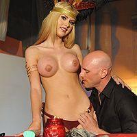 Порно с очень сексуальной и возбуждающей молодой блондинкой