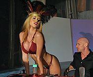 Порно с очень сексуальной и возбуждающей молодой блондинкой - 1