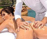 Смотреть порно массажиста с сексуальной шатенкой у бассейна - 1