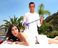 Смотреть порно массажиста с сексуальной шатенкой у бассейна - 3