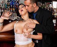 Смотреть секс бармена со жгучей молодой брюнеткой в кафе - 1