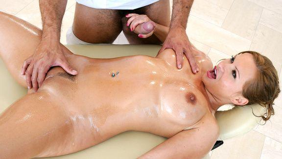 Анал нежного массажиста с сексуальной блондинкой