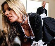 Порно стройной служанки в униформе с боссом - 1
