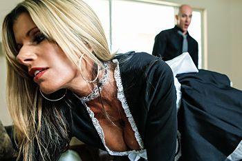 Порно стройной служанки в униформе с боссом