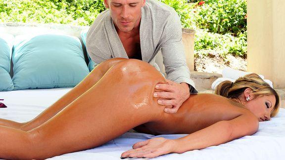 Смотреть горячее порно элитной блондинки с массажистом
