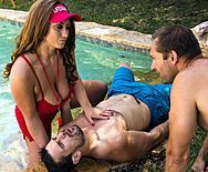 Смотреть горячий секс с шатенкой с большими сиськами у бассейна - 1