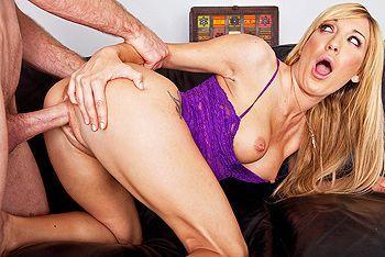 Смотреть анал с татуированной блондой на диване
