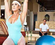 Смотреть секс тренера со зрелой блондинкой с красивыми сиськами - 1