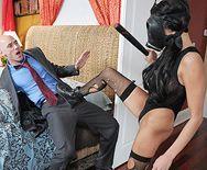 Смотреть страстный секс горячей шлюшки в сексуальных чулках с лысым другом - 1