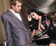 Секс с озабоченной брюнеткой в кожаной униформе - 1