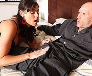 Порно лысого со взрослой докторшей в сексуальных чулках - 1