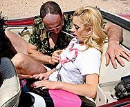 Страстный секс в пустыне с красивой блондинкой в машине - 1