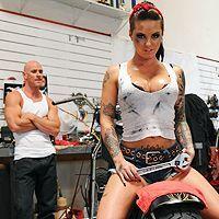 Смотреть горячее порно с татуированной молодой байкершей в гараже
