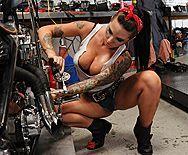 Смотреть горячее порно с татуированной молодой байкершей в гараже - 1