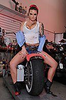 Смотреть горячее порно с татуированной молодой байкершей в гараже #1