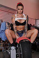 Смотреть горячее порно с татуированной молодой байкершей в гараже #2