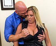 Шикарный секс лысого с секретаршей с натуральными сиськами - 1
