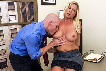 Шикарный секс лысого с секретаршей с натуральными сиськами