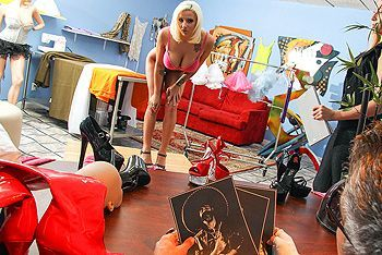 Секс потрясающей блондинки с продавцом в примерочной