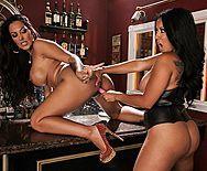 Строптивые лесбиянки с большими сиськами мастурбируют на барной стойке - 3