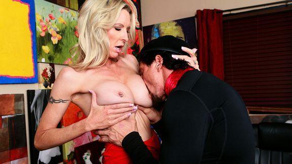Смотреть секс с женщиной с огромными сиськами