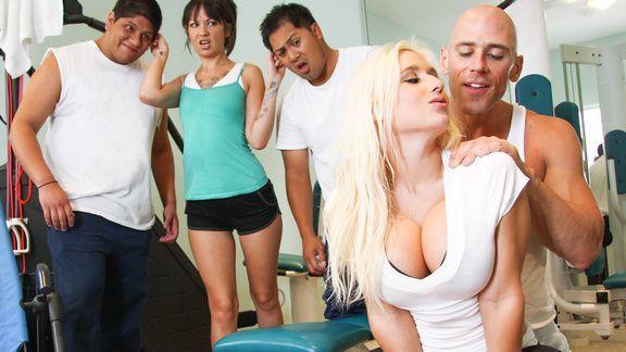 Смотреть порно тренера с красивой блондинкой в спортзале