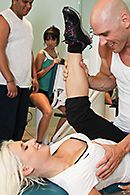 Смотреть порно тренера с красивой блондинкой в спортзале #5