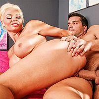 Порно охранника со зрелой сексуальной блондинкой